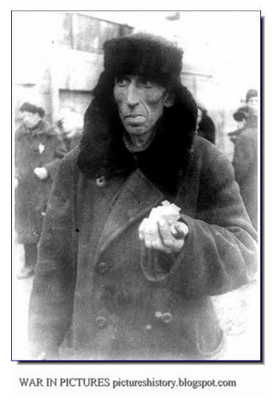 En mann med dagsrasjonen av blokadebrød